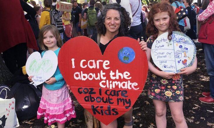Rodiče z celého světa žádají instituce EU o mezigenerační spravedlnost. Obnova ekonomiky má zajistit žitelnou budoucnost, nikoliv dál prohlubovat ekologický dluh vůči našim dětem.
